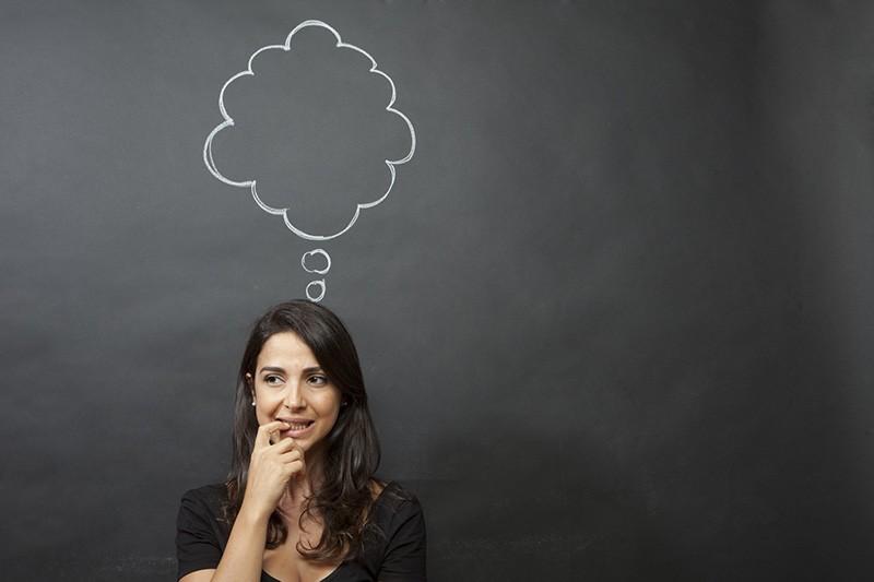 Mulher ansiosa imaginando coisas sobre seu namorado (ciúme infundado)