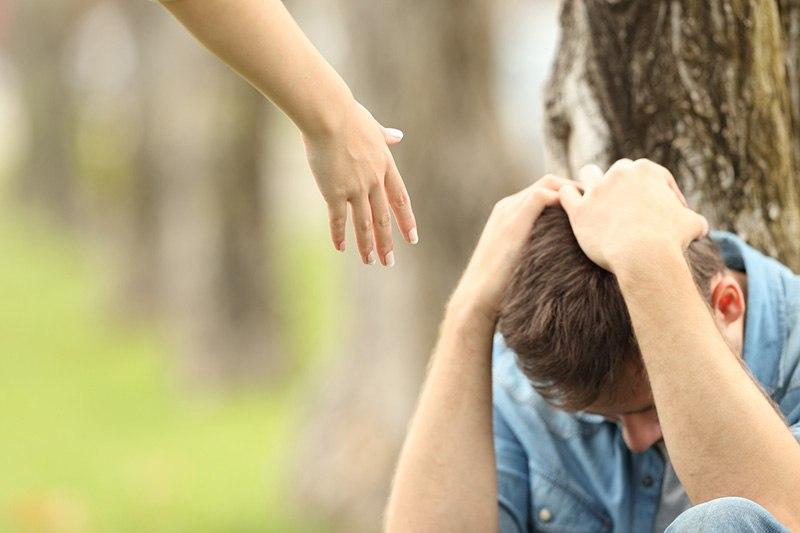 Rapaz triste porque é ciumento, porém sua namorada sabe lidar com isso e estende a mão para o ajudar