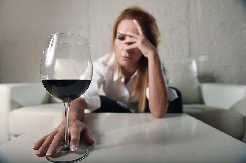 Mulher triste e deprimida porque ainda sente ciúmes de um homem que já não ama mais