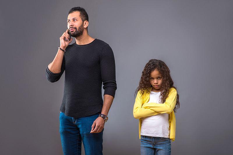 Menina que não recebe atenção do pai. É provável que, na fase adulta, prefira homens que não dêem muita importância a ela