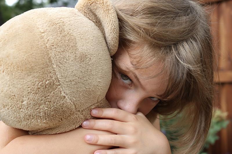 Menina sofrendo sozinha. Carência afetiva infantil