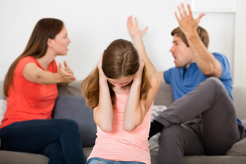 Garota carente de afeto durante briga de seus pais que estão prestes a se separar