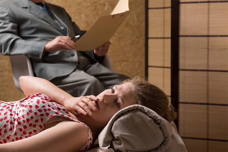 Freud, o pai da psicanálise, e o tratamento para o ciúme no divã