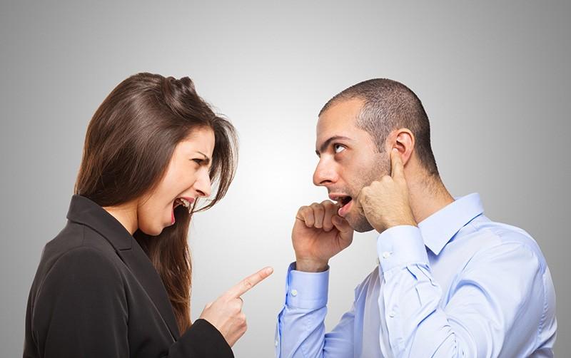 Mulher gritando com o namorado que não aguenta mais escutar
