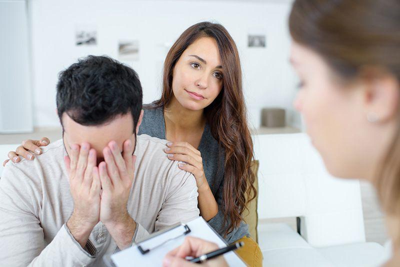 Casal em terapia para identificar as causas do ciúme do namorado