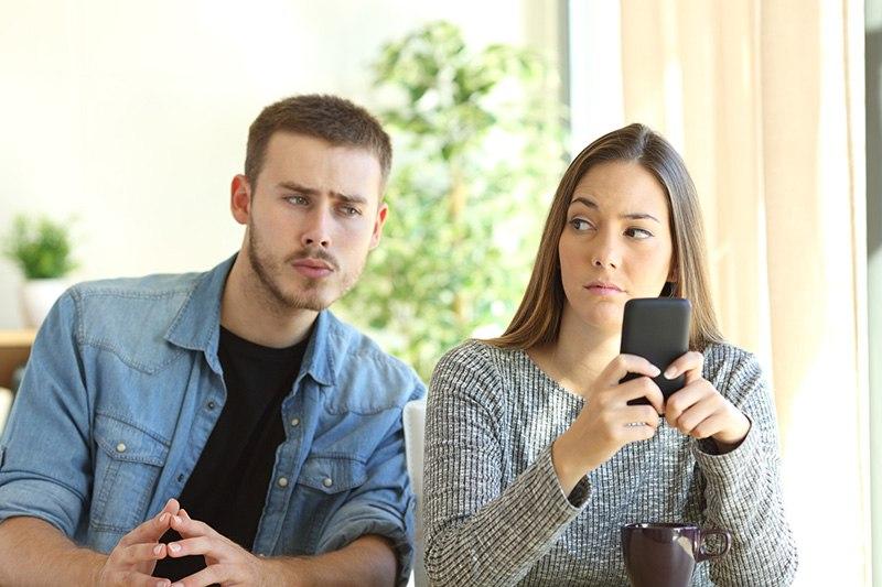 Namorado desconfiado das mensagens no celular da namorada - sindrome de otelo