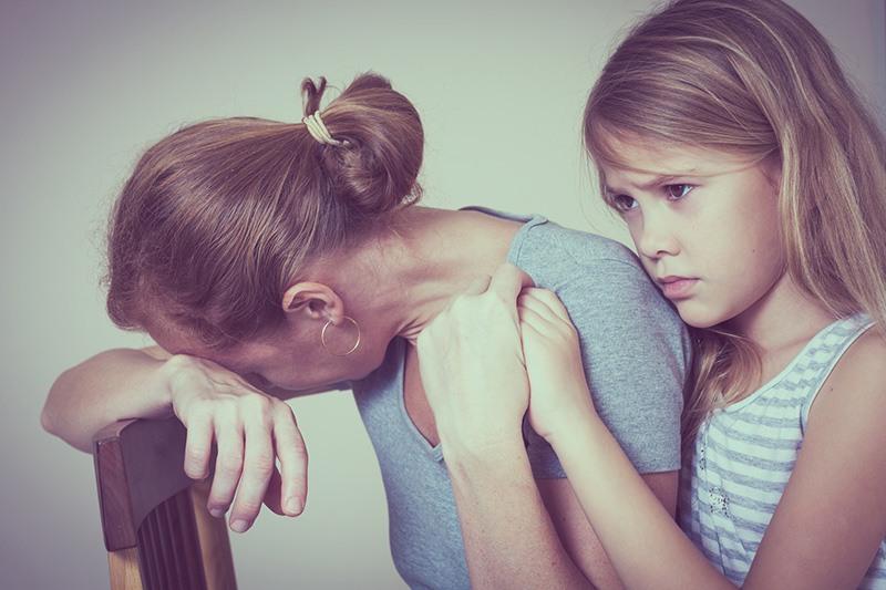 Filha consolando mãe que sofre com a infidelidade do marido é uma forte candidata a se tornar uma adulta enciumada