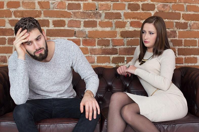 Casal com dificuldade no relacionamento amoroso - chateados após uma briga