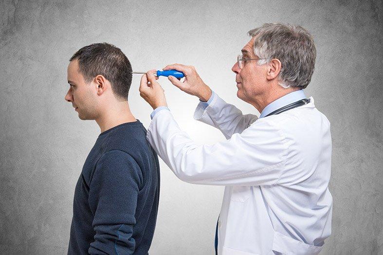Médico psiquiatra fazendo alguns ajustes na cabeça de seu paciente ciumento