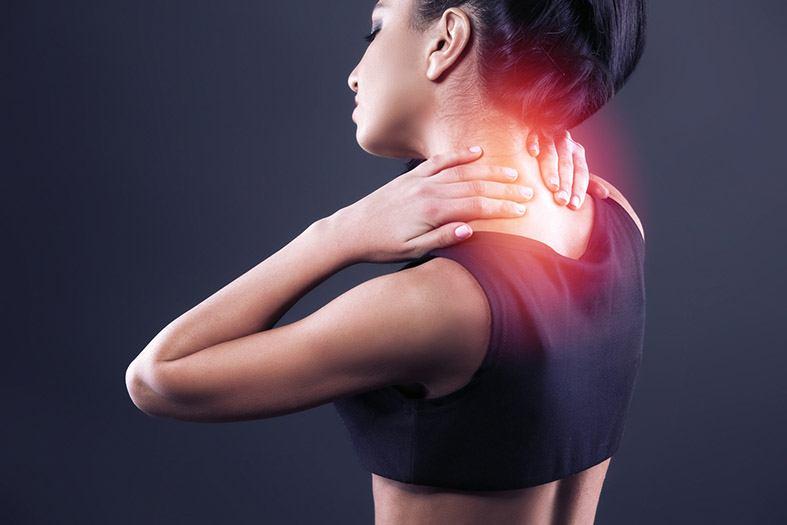 Mulher com dor no pescoço causado por emoções refletidas no corpo e situações traumáticas inconscientes